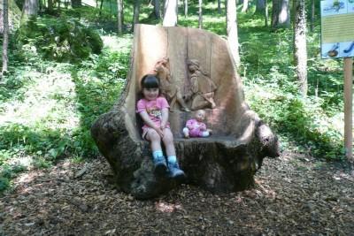 Eine kleine Märchenwanderin am Märchenpfad in Bischofswiesen