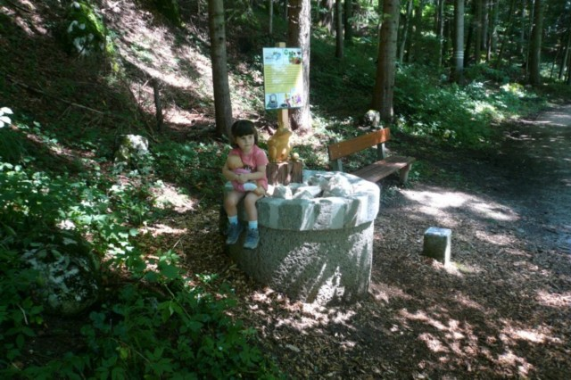 Froschkönig am Brunnen im Märchenwald Bischofswiesen