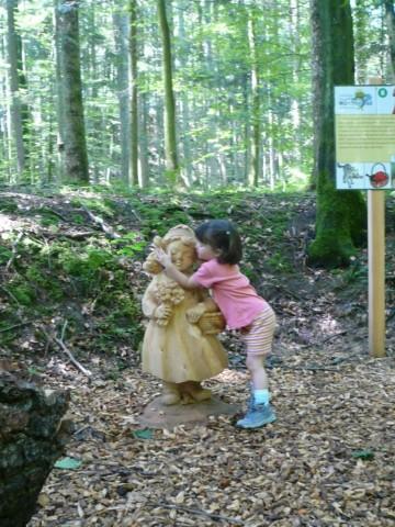 Kleine Märchenwanderin am Märchenpfad Bischofswiesen