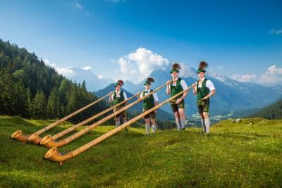 Alphornbläser aus Bischofswiesen in den Berchtesgadener Bergen