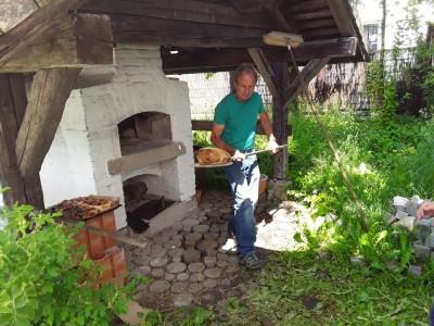 Brotbacken im traditionellen Steinbackofen in Bischofswiesen