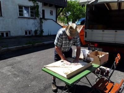 Traditionelles Brotbacken in Bischofswiesen - der Teig wird vorbereitet.