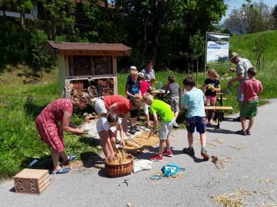 Fleißige Helferinnen und Helfer beim Bau des Insektenhotels