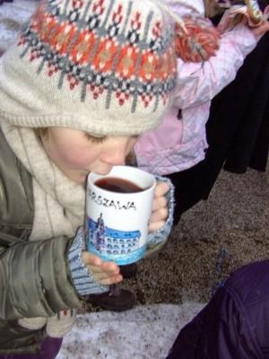 Kleine Besucherin am Adventsmarkt Bischofswiesen