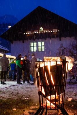 Wärmendes Feuer am Adventsmarkt in Bischofswiesen