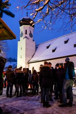 Die Bischofswieser Kirche mit Adventsmarkt