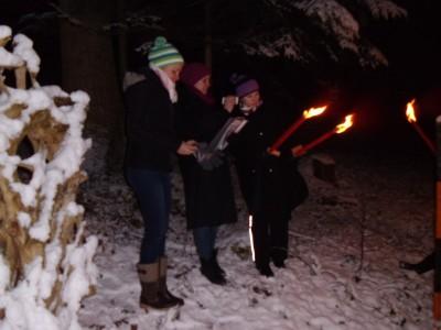 Sängerinnen begleiten die romantische Fackelwanderung in Bischofswiesen.