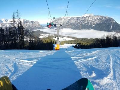 Skipiste mit Bergpanorama im Skigebiet Götschen