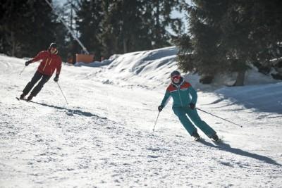 Skifahrer auf den gut präparierten Pisten im Skizentrum Götschen, Bischofswiesen