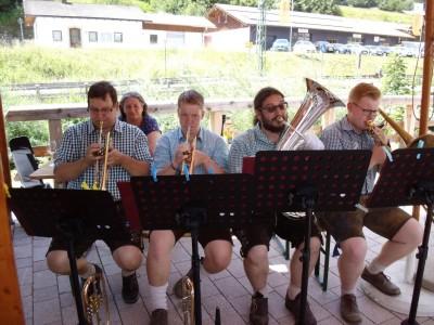 Musikalische Umrahmung beim ersten Weinmarkt im Dorfpavillon mit zünftigem Fladnitztaler Musi-Quartett