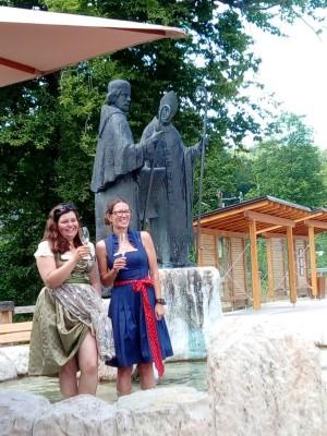 Erfrischung im Dorfbrunnen beim ersten Weinmarkt im Dorfpavillon
