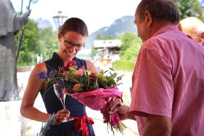 Bürgermeisterin Gorenzel und Winzer Ortmann beim Bischofswieser Weinmarkt im Dorfpavillon