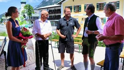 Bürgermeisterin Gorenzel, Bürgermeister Weber, Winzer Fink und Ortmann und Gemeinderat Resch beim Bischofswieser Weinmarkt
