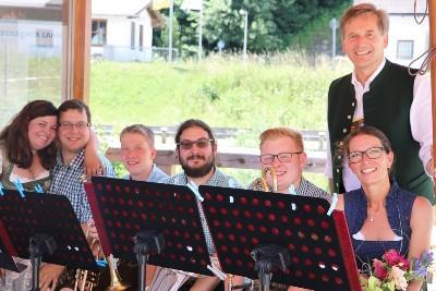 Zünftig aufgespielt! Musikanten aus Fladnitztal beim ersten Bischofswieser Weinmarkt im Dorfpavillon