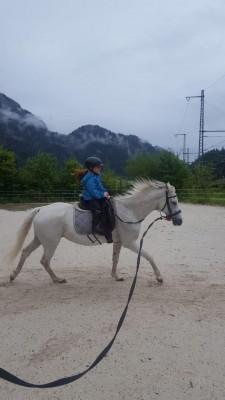 Erste Reitversuche an der Lounge Familienurlaub in Bischofswiesen im Berchtesgadener Land