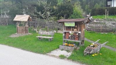 Bienenhotel und Regenwasser-Brunnen